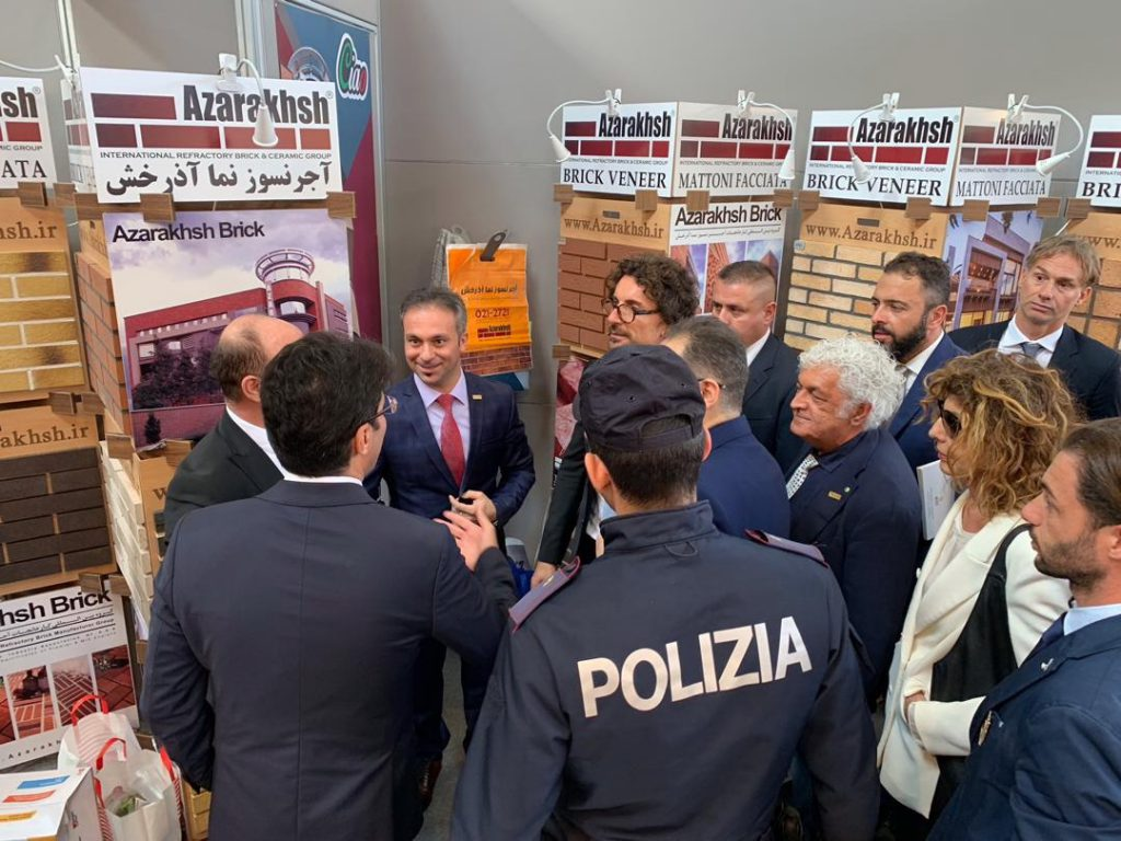 دنیلو تونینلی وزیر راه و ساختمان ایتالیا در غرفه گروه بین المللی آذرخش در نمایشگاه بولونیا