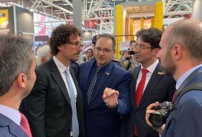 دنیلو تونینلی وزیر راه و ساختمان ایتالیا در غرفه گروه بین المللی آذرخش