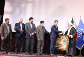 طی مراسمی در دانشگاه کاشان از مهندس سیفی به عنوان کارآفرین برتر کشور تقدیر شد