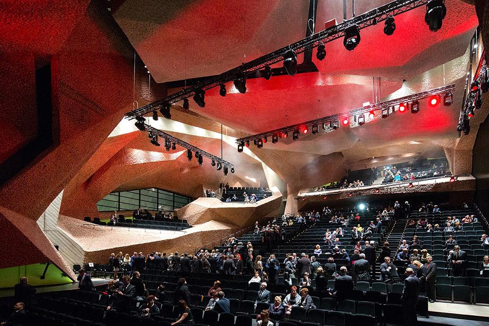 فضای داخلی سالن تئاتر جوردانکی